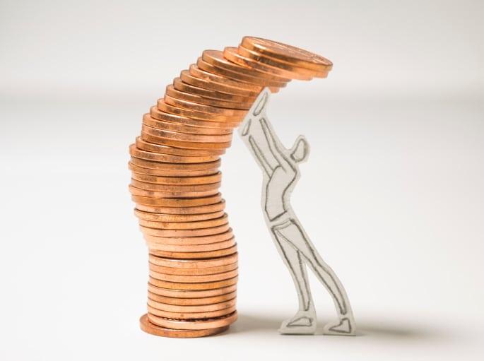 palo de la figura de papel empuja la pila de monedas